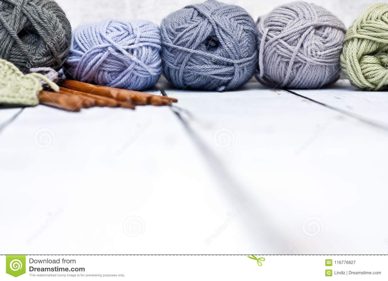 Garens in mand met haaknaalden in harmonische kleuren breien, die levering haken