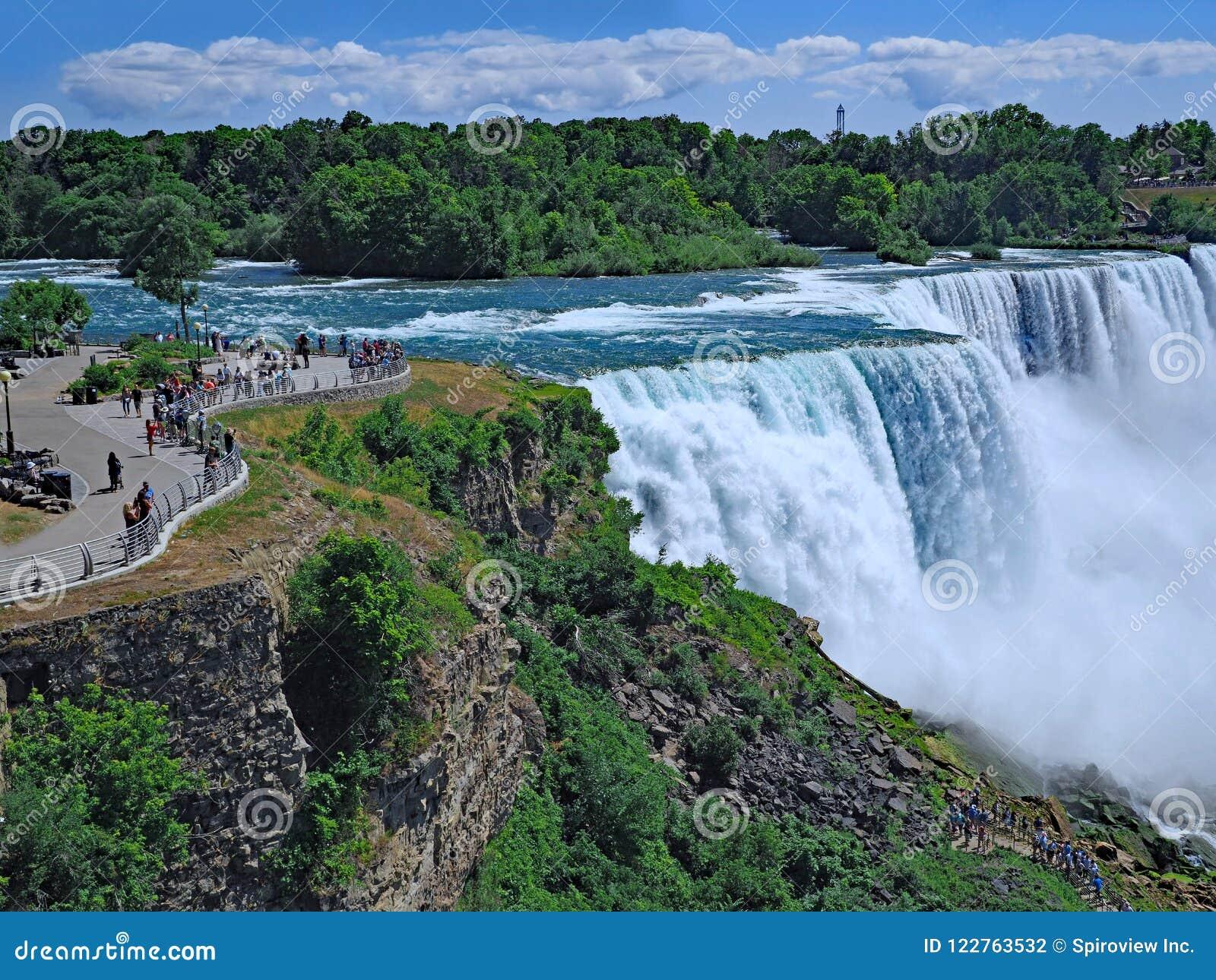 Garez au bord des automnes américains aux chutes du Niagara