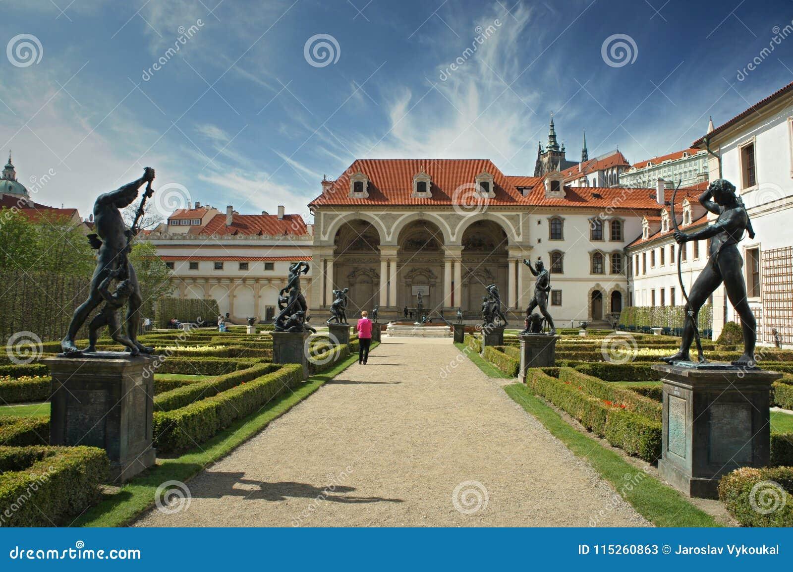 Garez avec des statues dans le jardin de Waldstein, strana de Mala, Prague - sénat