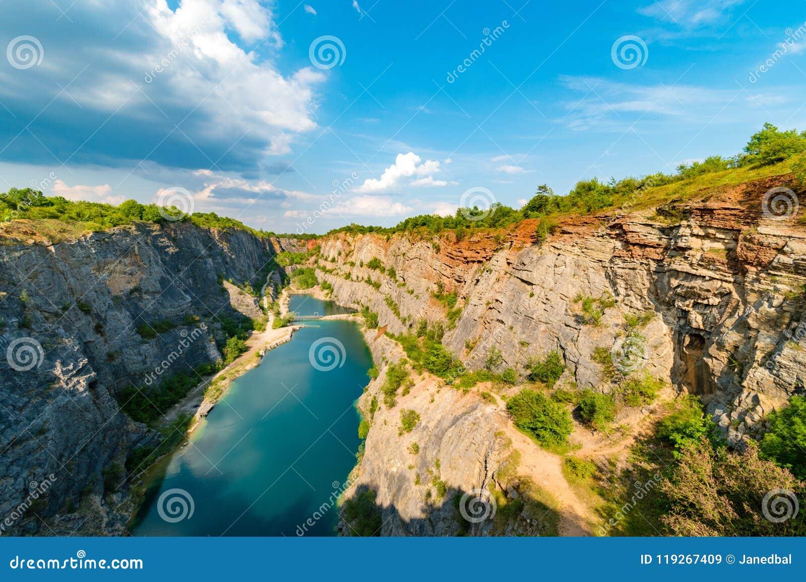 Garganta de Velka América, pedreira abandonada da pedra calcária, região boêmia de Centran, república checa