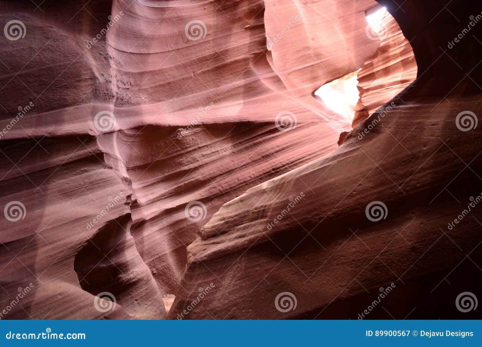 Garganta vermelha do entalhe da rocha vestida completamente das inundações repentinas