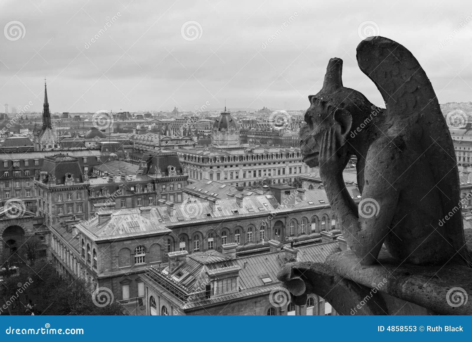 Gargoyle que pasa por alto París