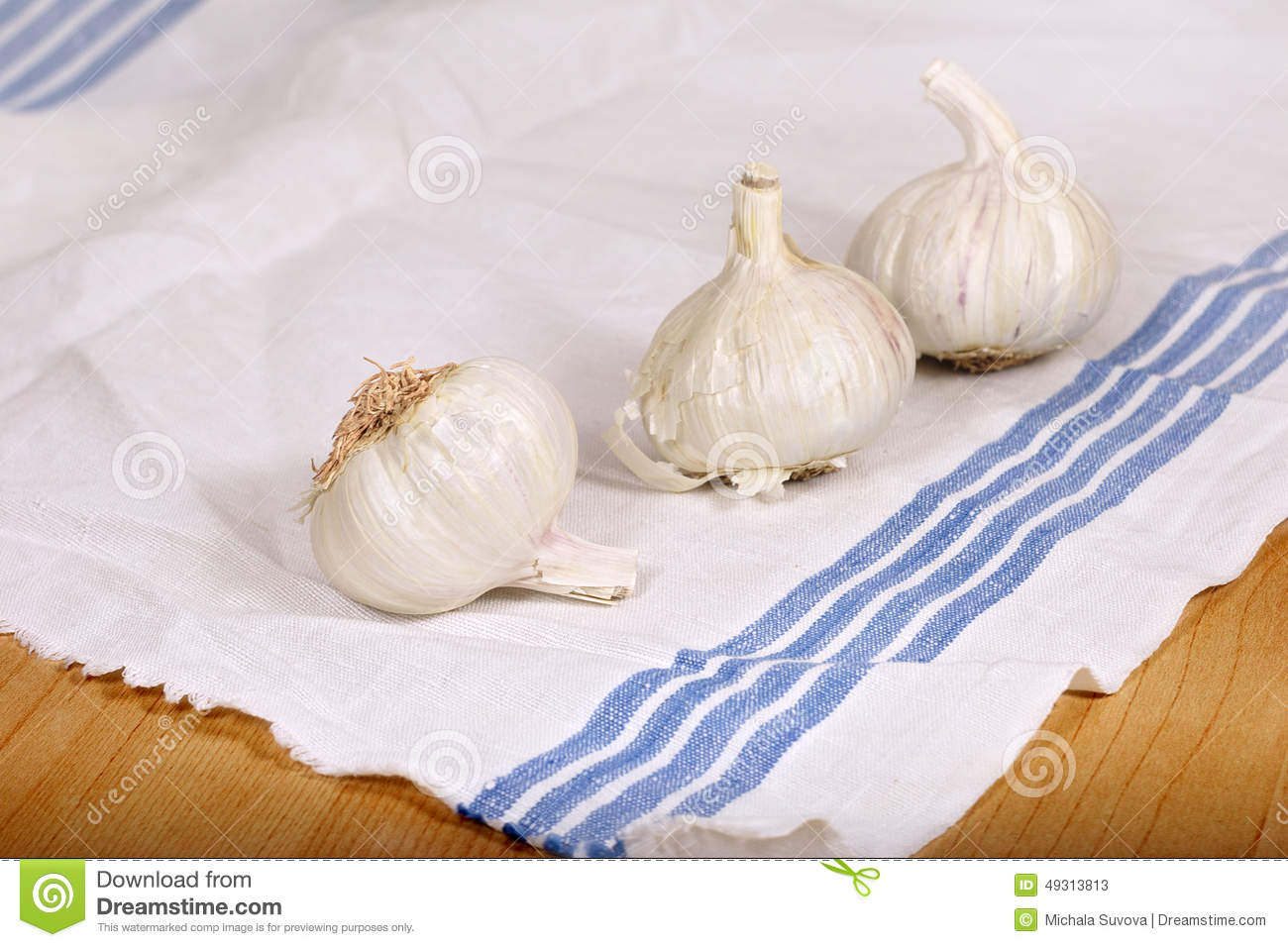 Garlic on kitchen towel