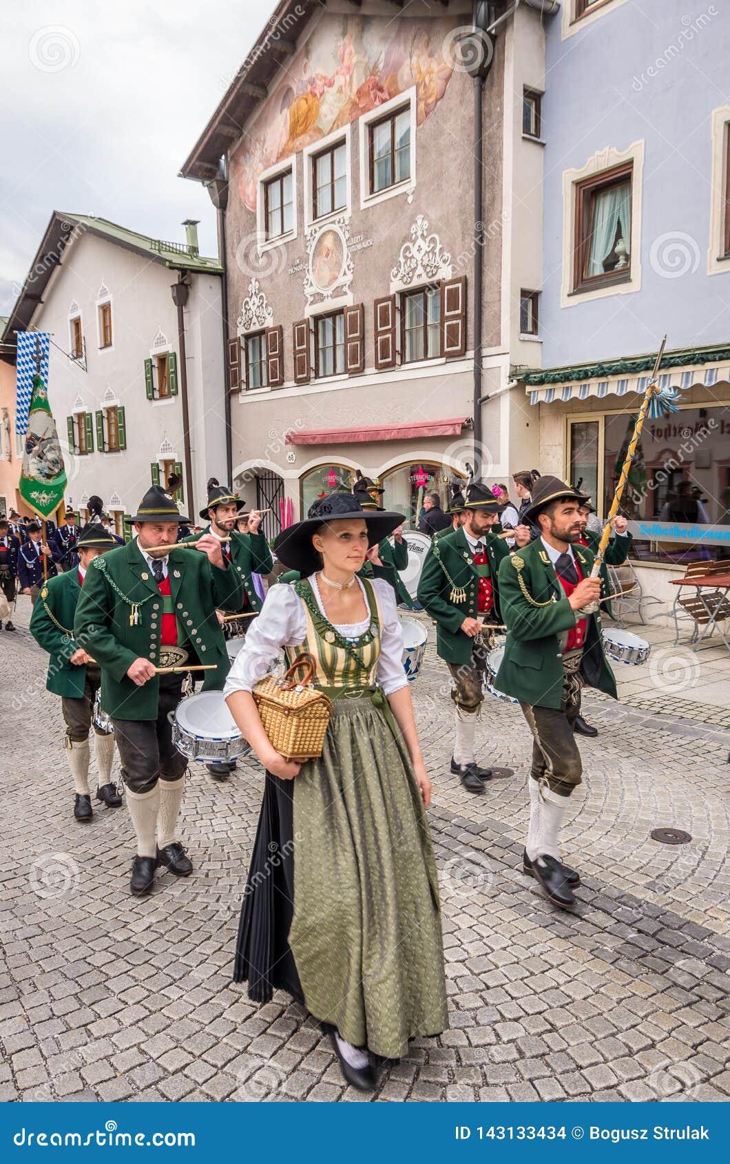 Garmisch Partenkirchen Niemcy, Sierpień 12 -, 2017: historyczny bavarian widowisko w starym miasteczku Garmisch-Partenkirchen dal