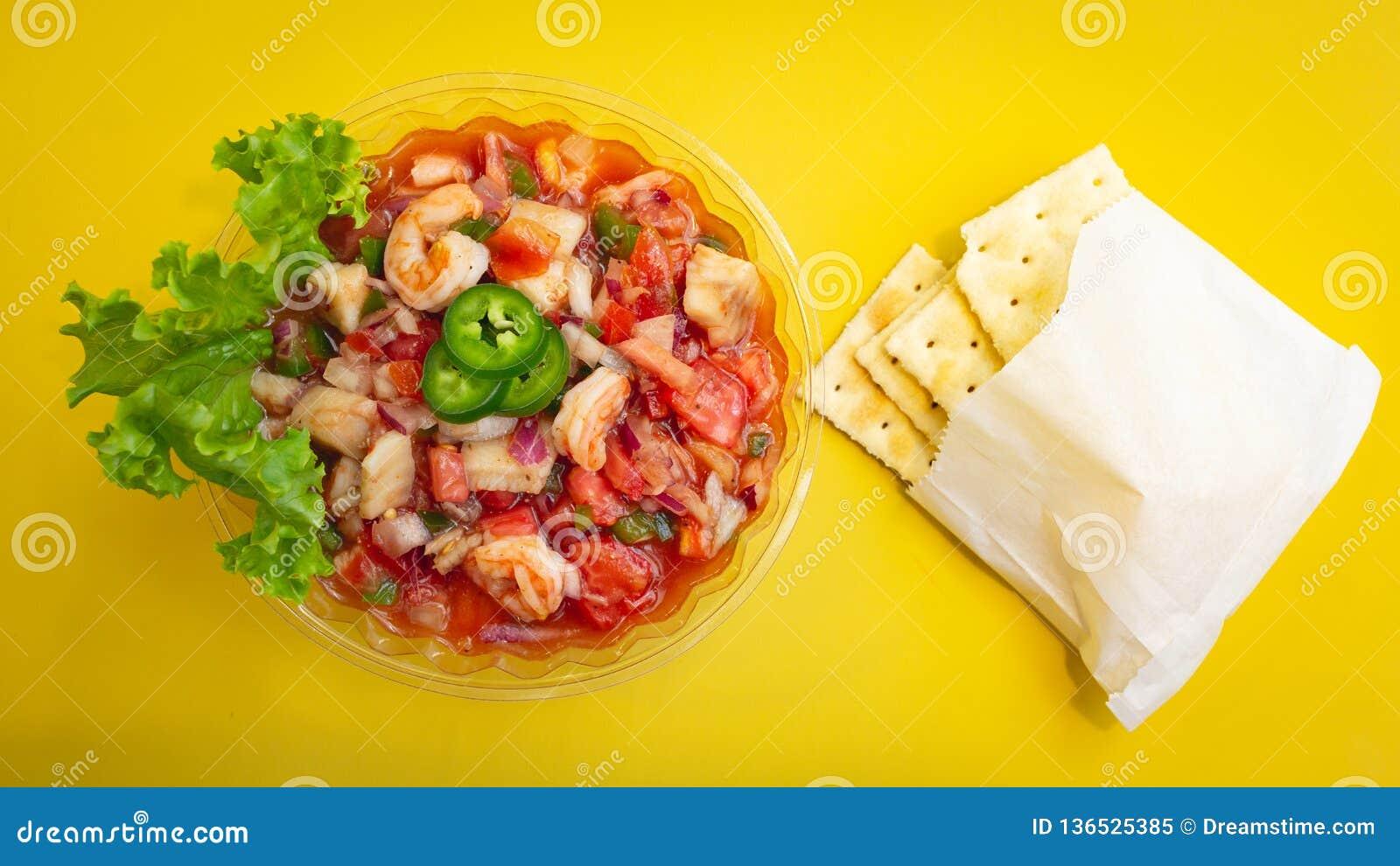 Garnalen Ceviche met crackers en jalapeños