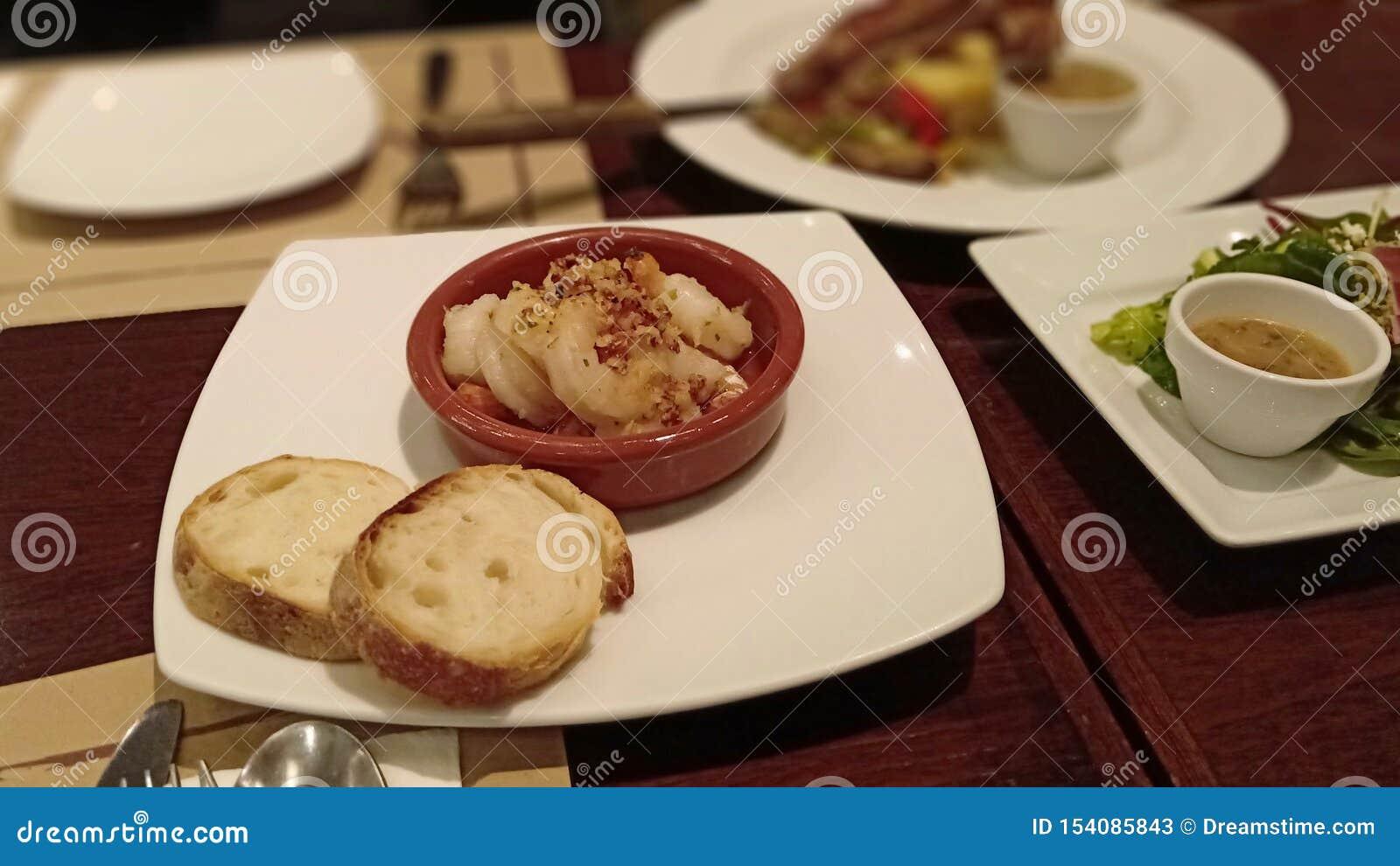 Garnalensalade met gebakken brood