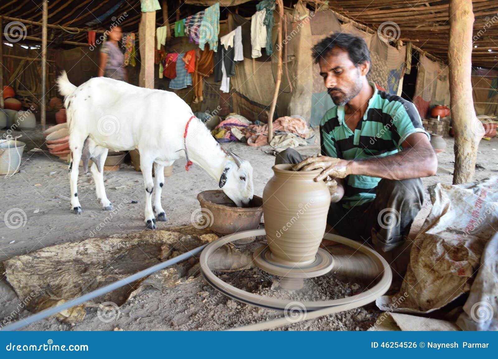 Garncarka robi garnkom blisko Kumbharwada, Ahmedabad