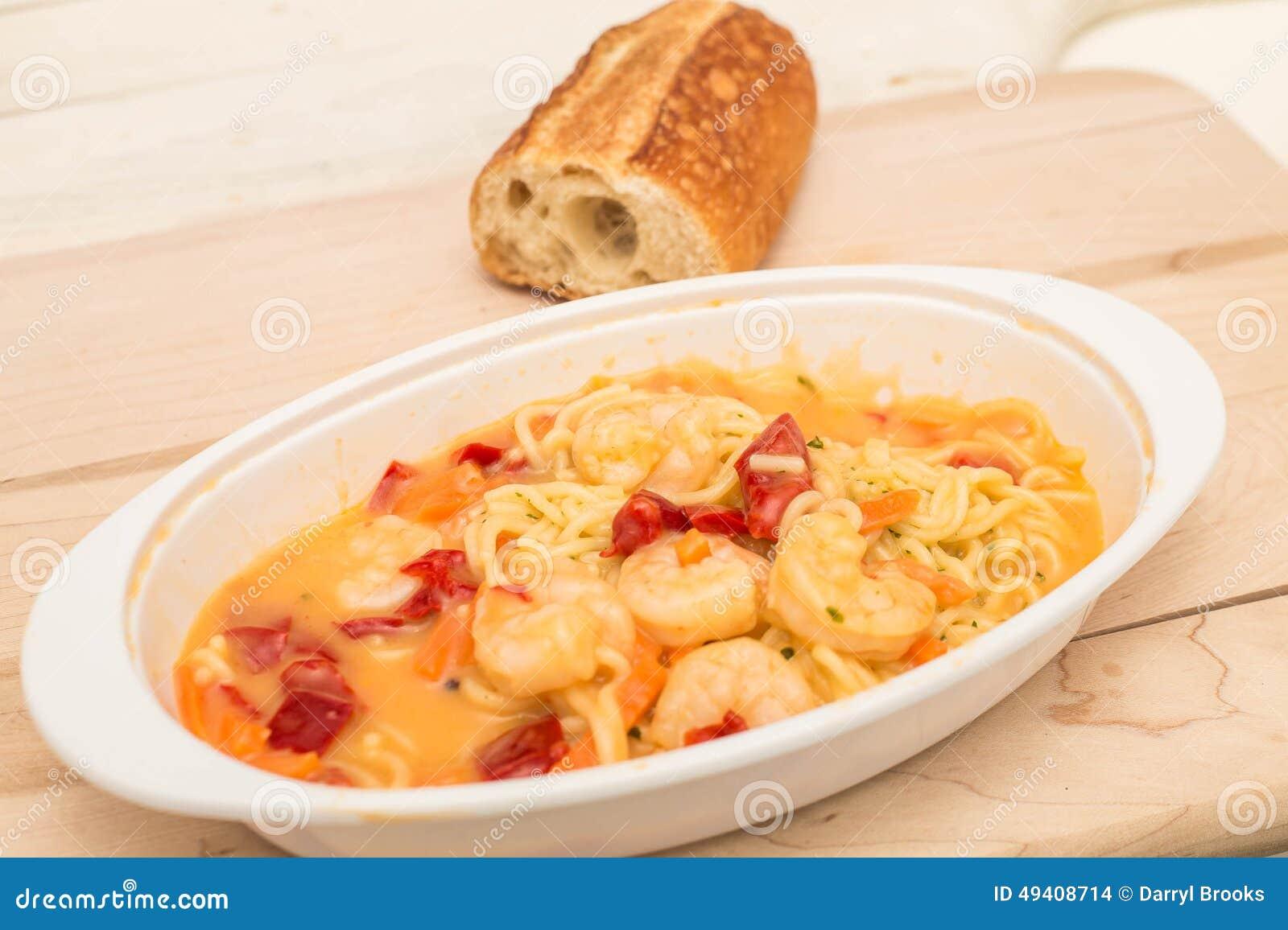 Download Garnele In Angel Hair Pasta Mit Soße Und Französischem Brot Stockfoto - Bild von abendessen, nudeln: 49408714