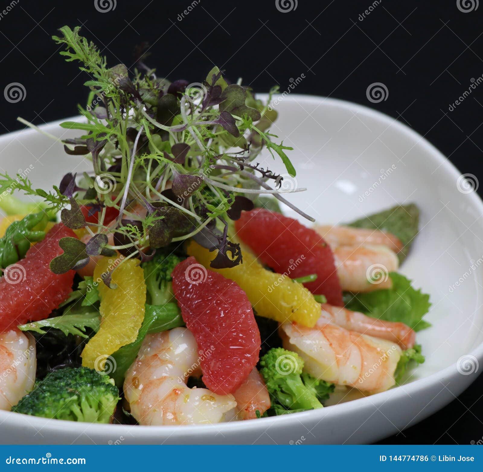 Garnelen und Zitrusfruchtsalat in einer dienenden Schüssel