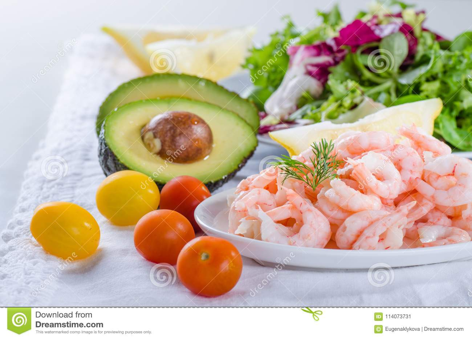 Garnelensalatbestandteile - gekocht, abgezogene Garnelen, Salat, Tomate