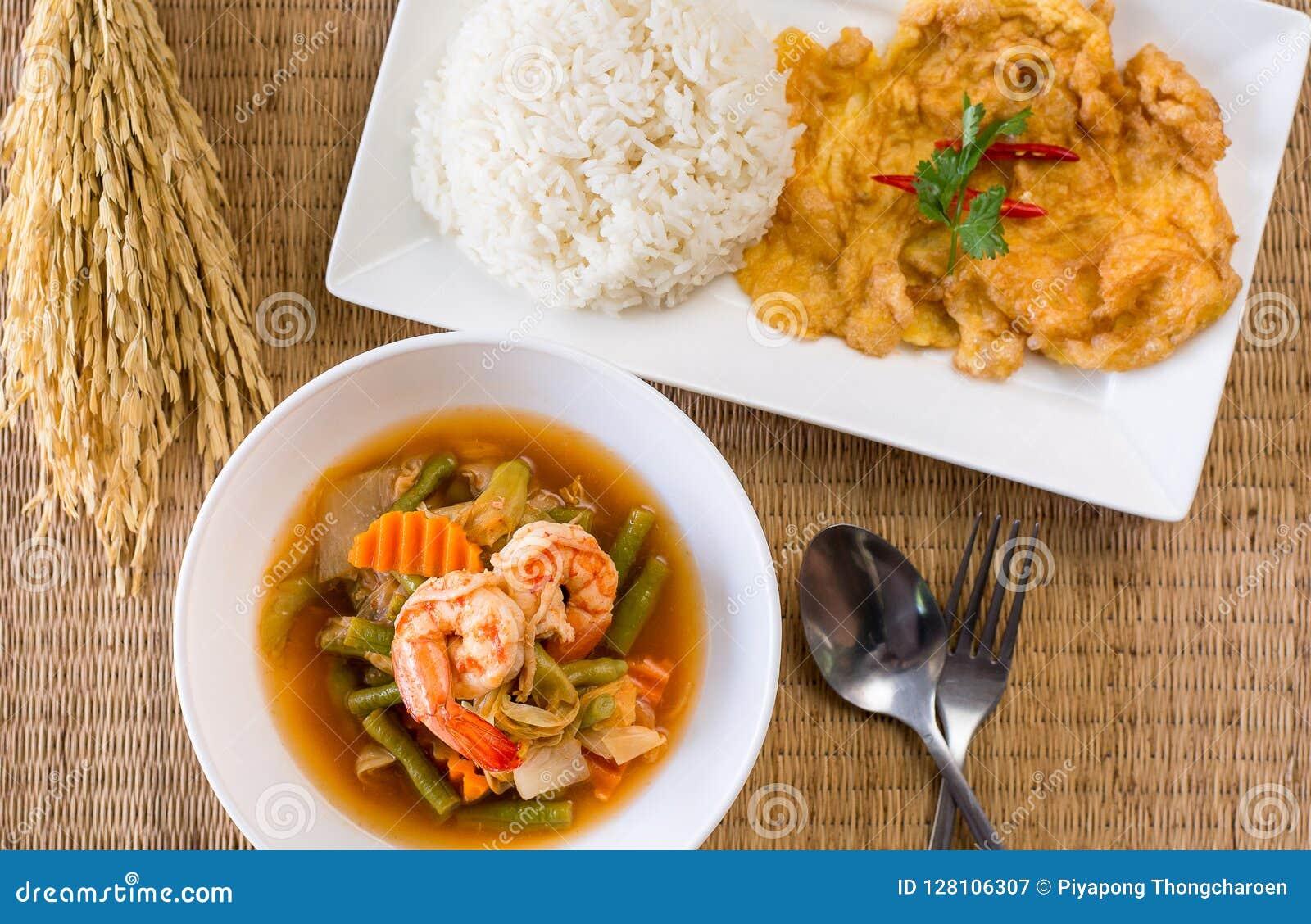 Garneli kwaśna polewka mieszający warzywo robić tamaryndy pasta i omlet, gotujący ryż, Wyśmienicie typowy Tajlandzki jedzenie sty