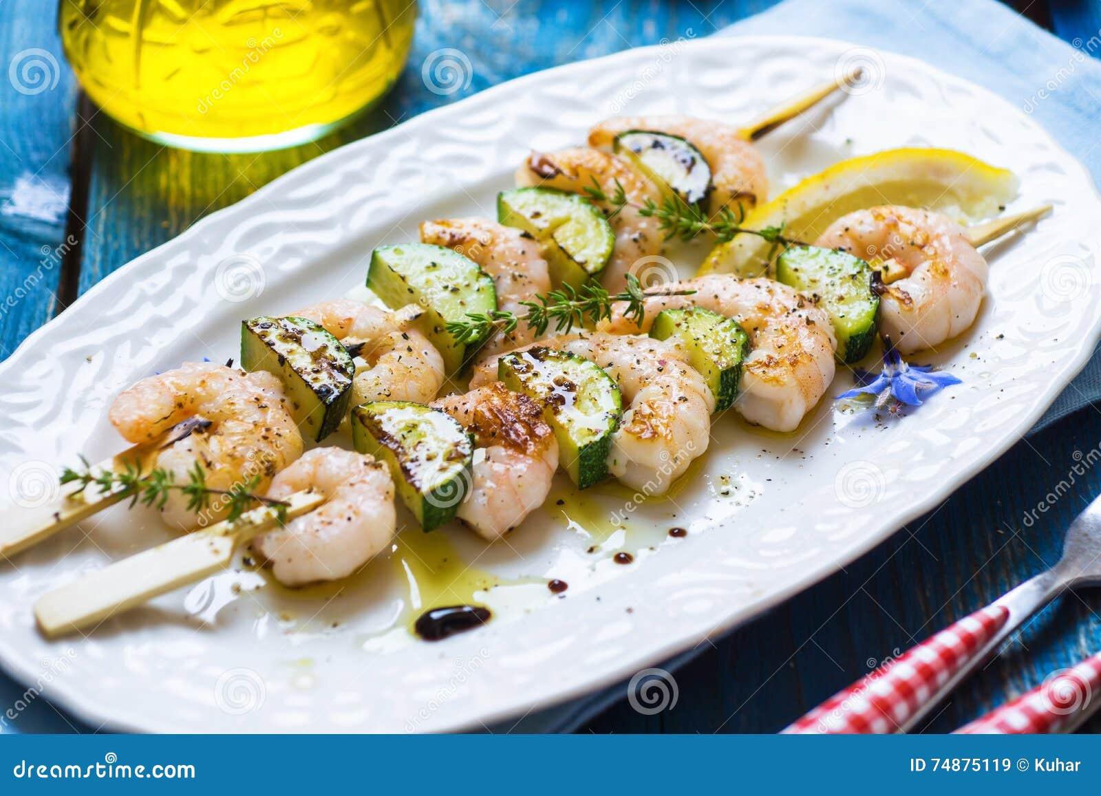 Garneli skewers z zucchini