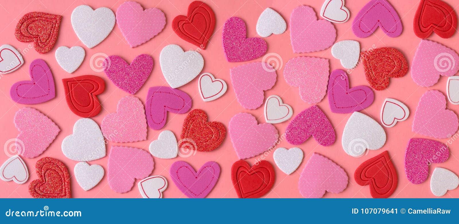 Garnering för dag för valentin` s Många hjärtor på rosa bakgrund