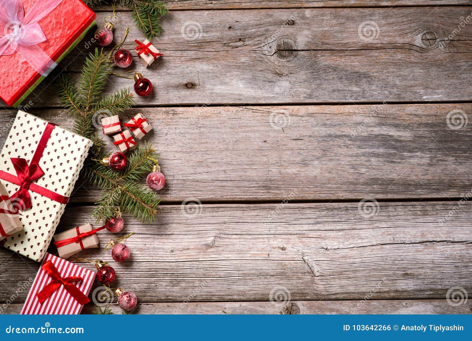 Garnering för jul och nytt år på en träbakgrund