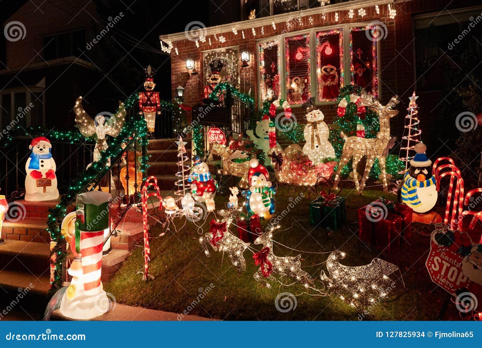 Garnering för julljus på ett hus