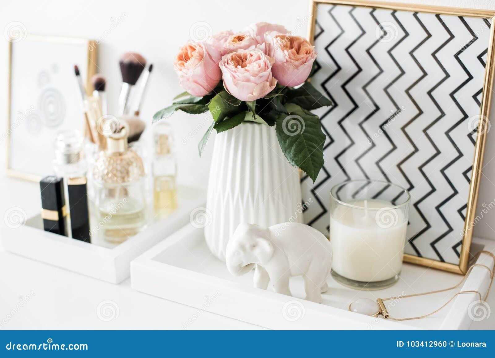 Garnering för Ladys dressingtabell med blommor, härliga detaljer,