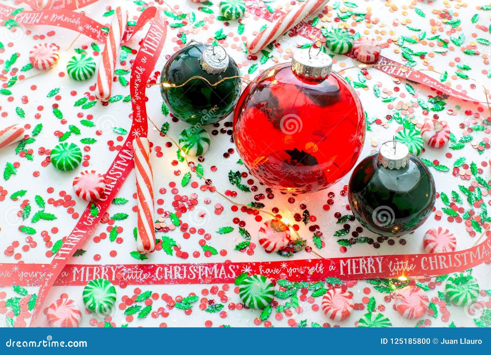 Garnering med den röd vätska fyllda julprydnadbollen och två gör grön fyllda prydnadbollar som omges av ett rött, har själv A M.