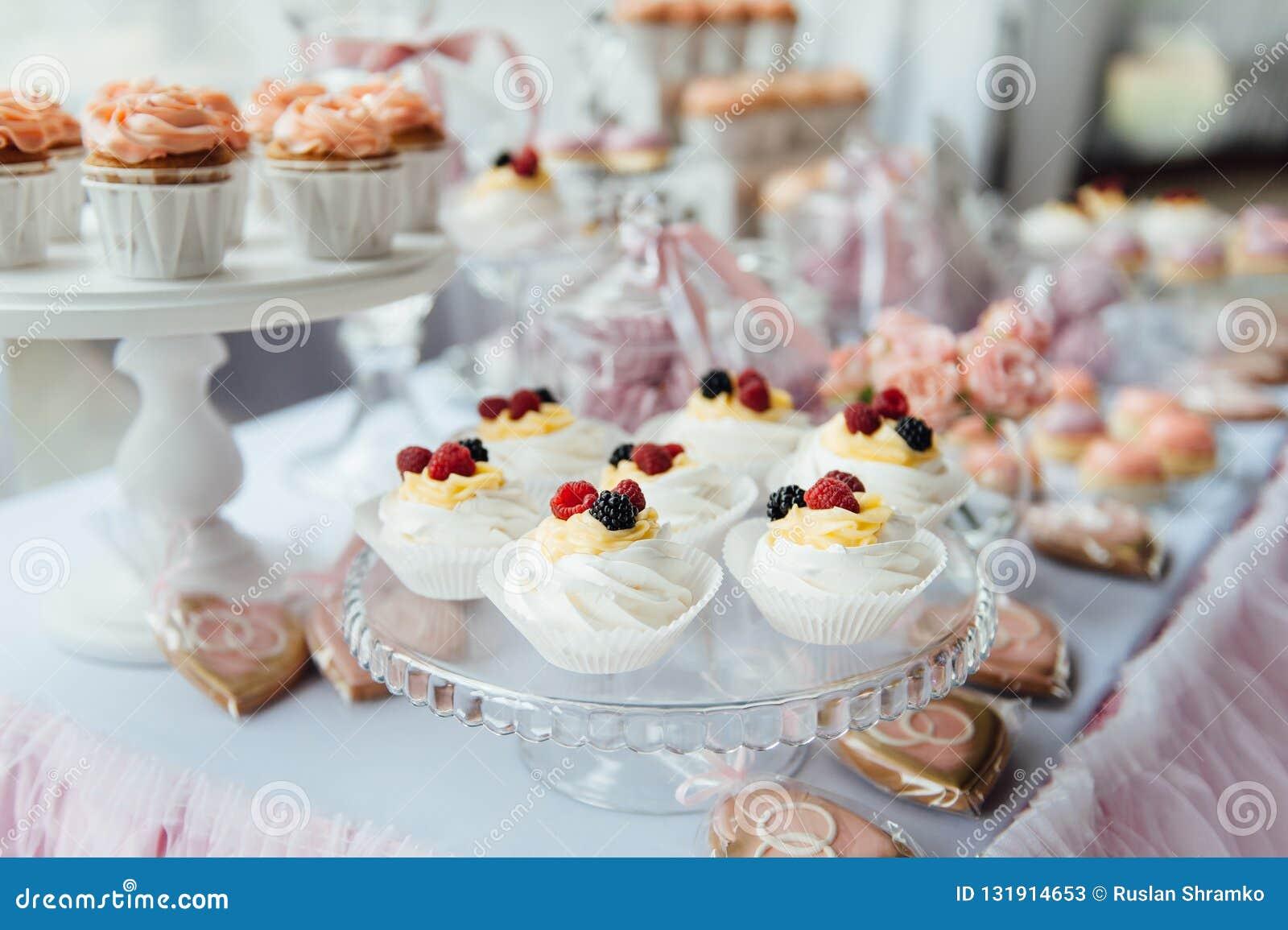 Garnering och kaka för ungefödelsedagparti dekorerad tabell
