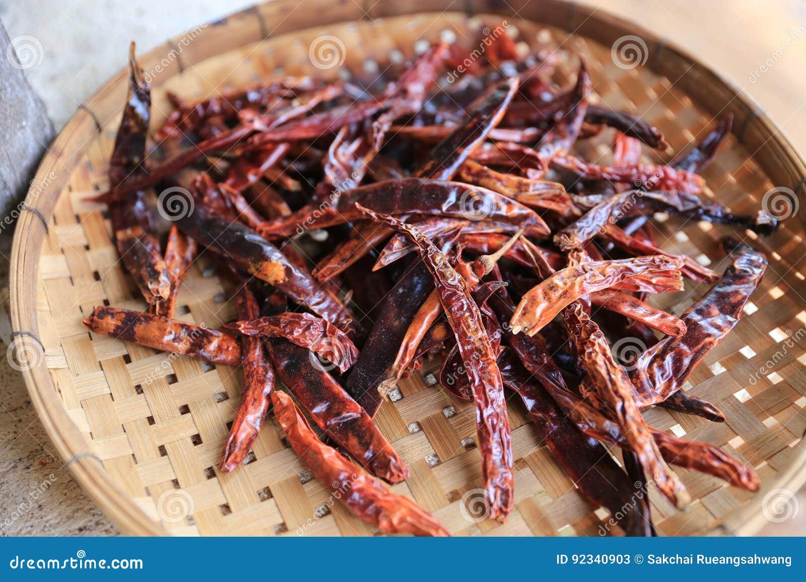 Garnering torkad chili Thailand på att tröska korgen