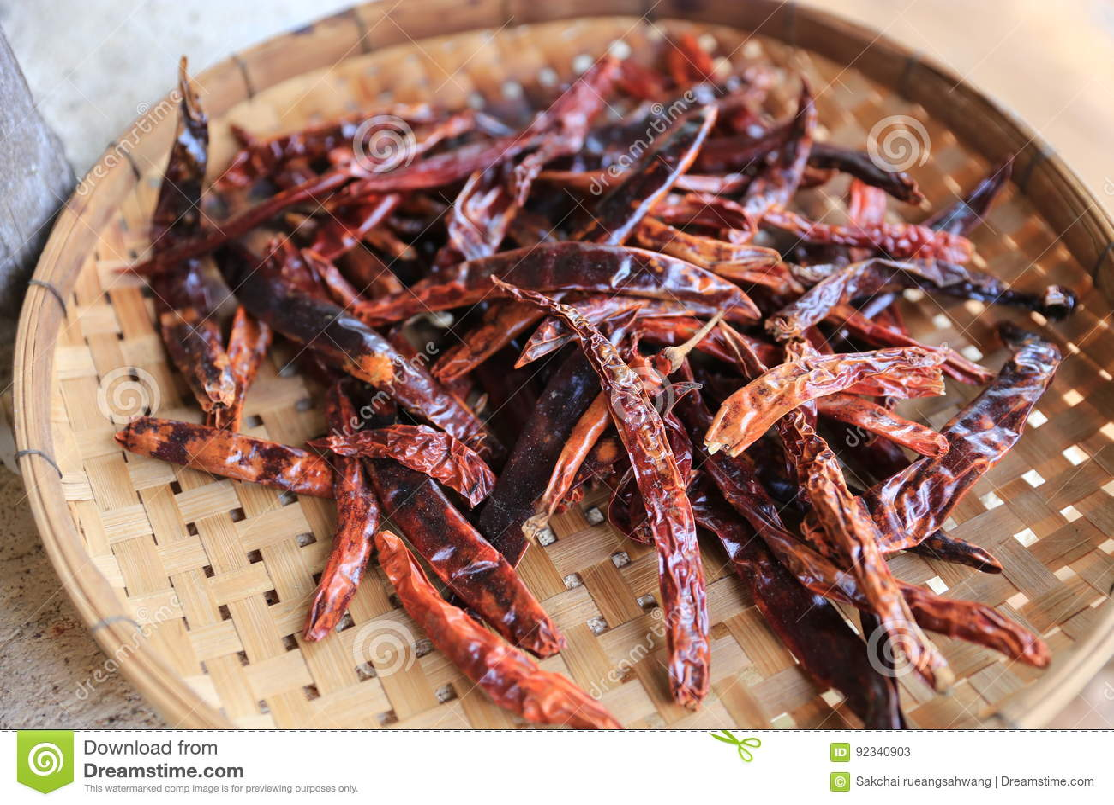 Garnish烘干了在打谷的篮子的辣椒泰国