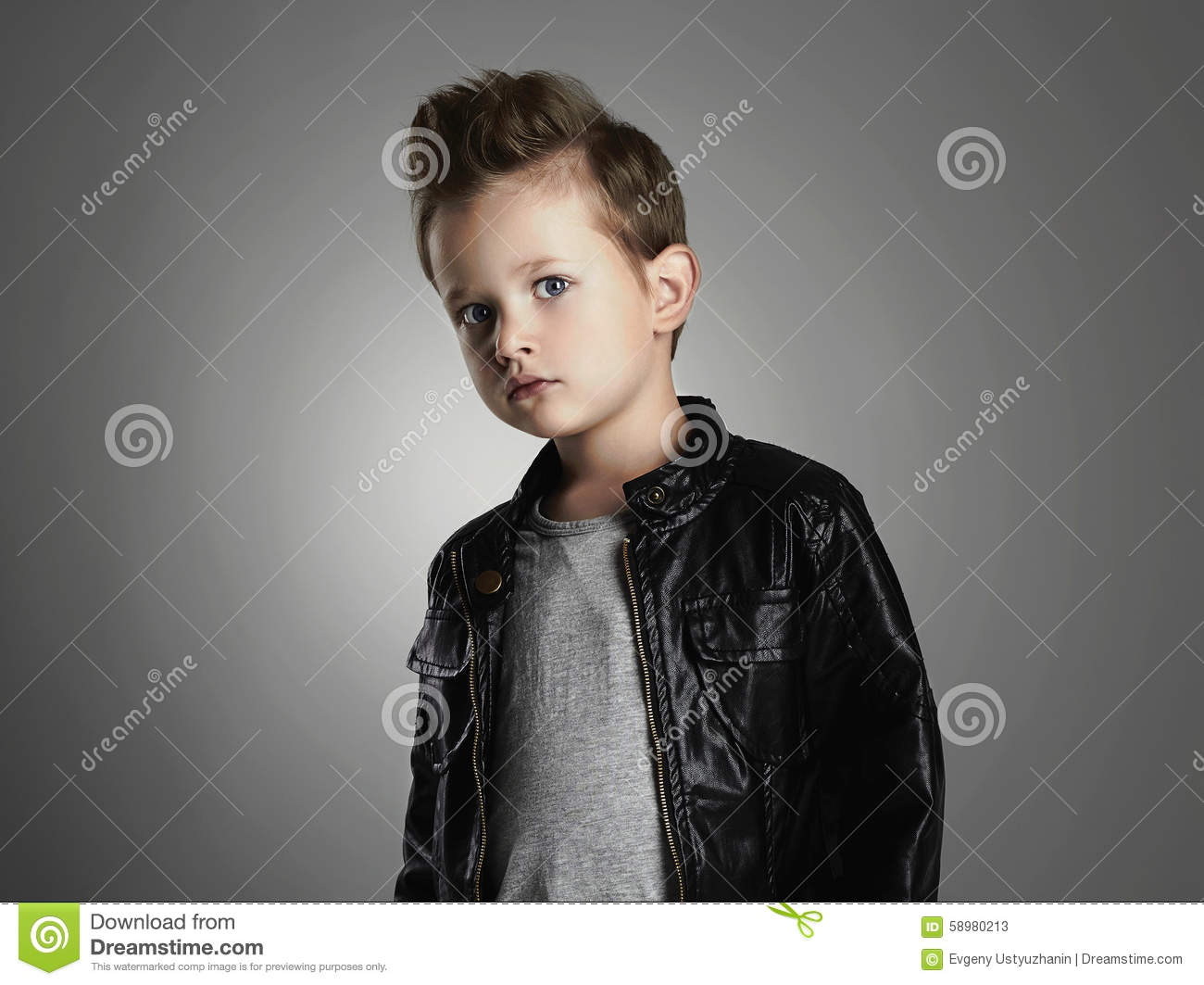 gar on beau avec la coiffure la mode enfant la mode dans le manteau en cuir photo stock. Black Bedroom Furniture Sets. Home Design Ideas