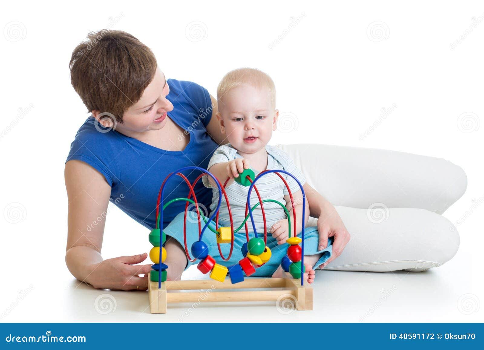 gar on et maman d 39 enfant en bas ge jouant avec le jouet ducatif photo stock image 40591172