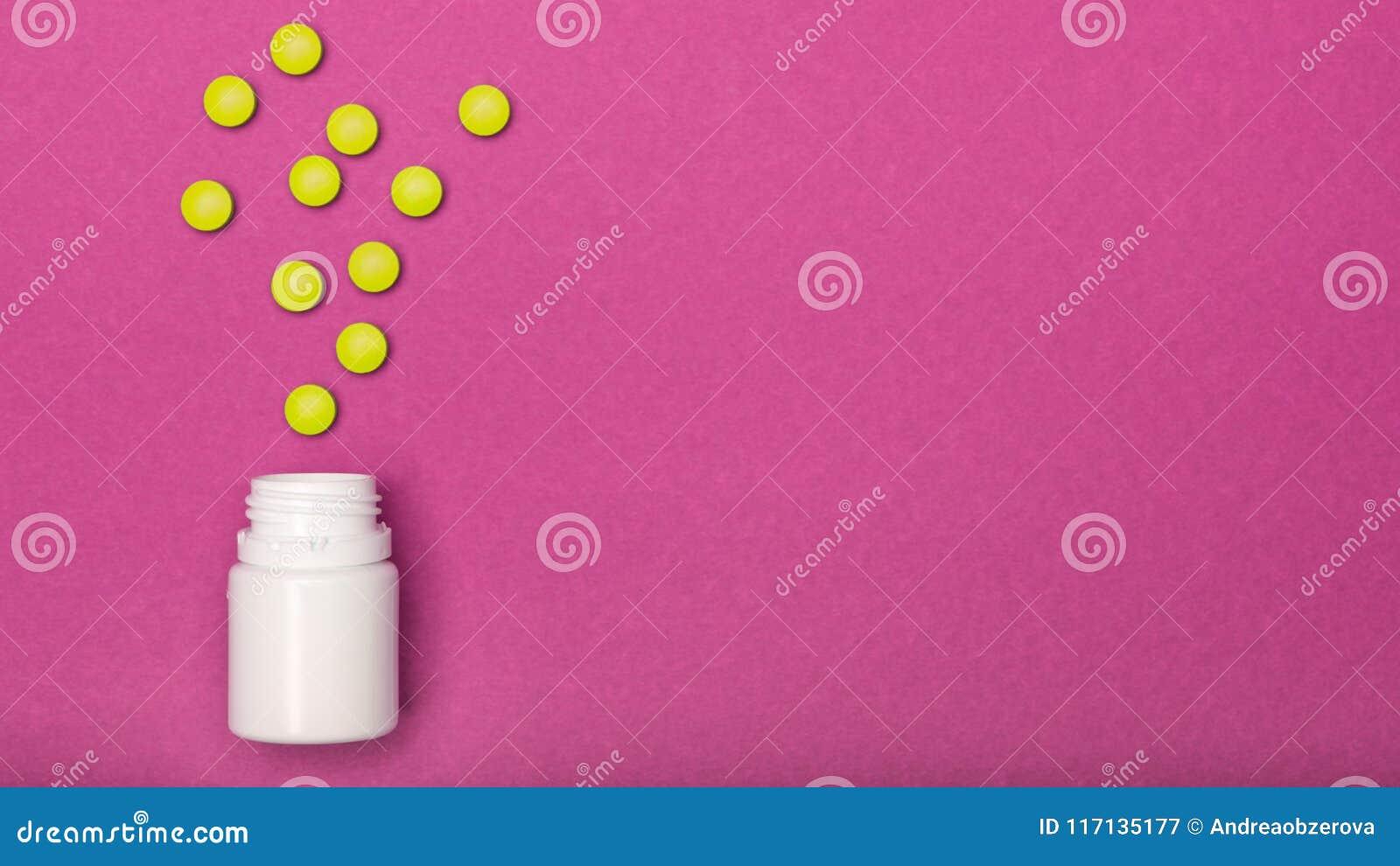 A garrafa da medicamentação e os comprimidos amarelos derramaram rosa brilhante no fundo colorido Medicamentação e configuração d