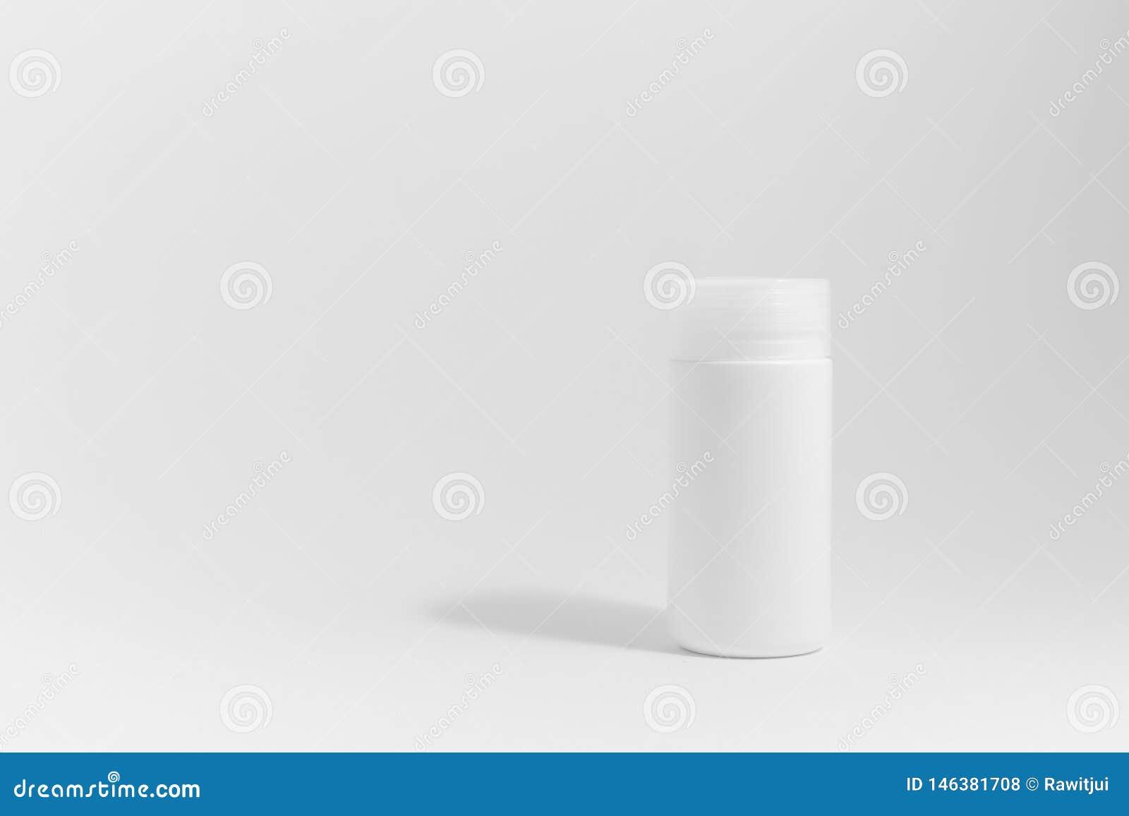 Garrafa da medicina no fundo branco