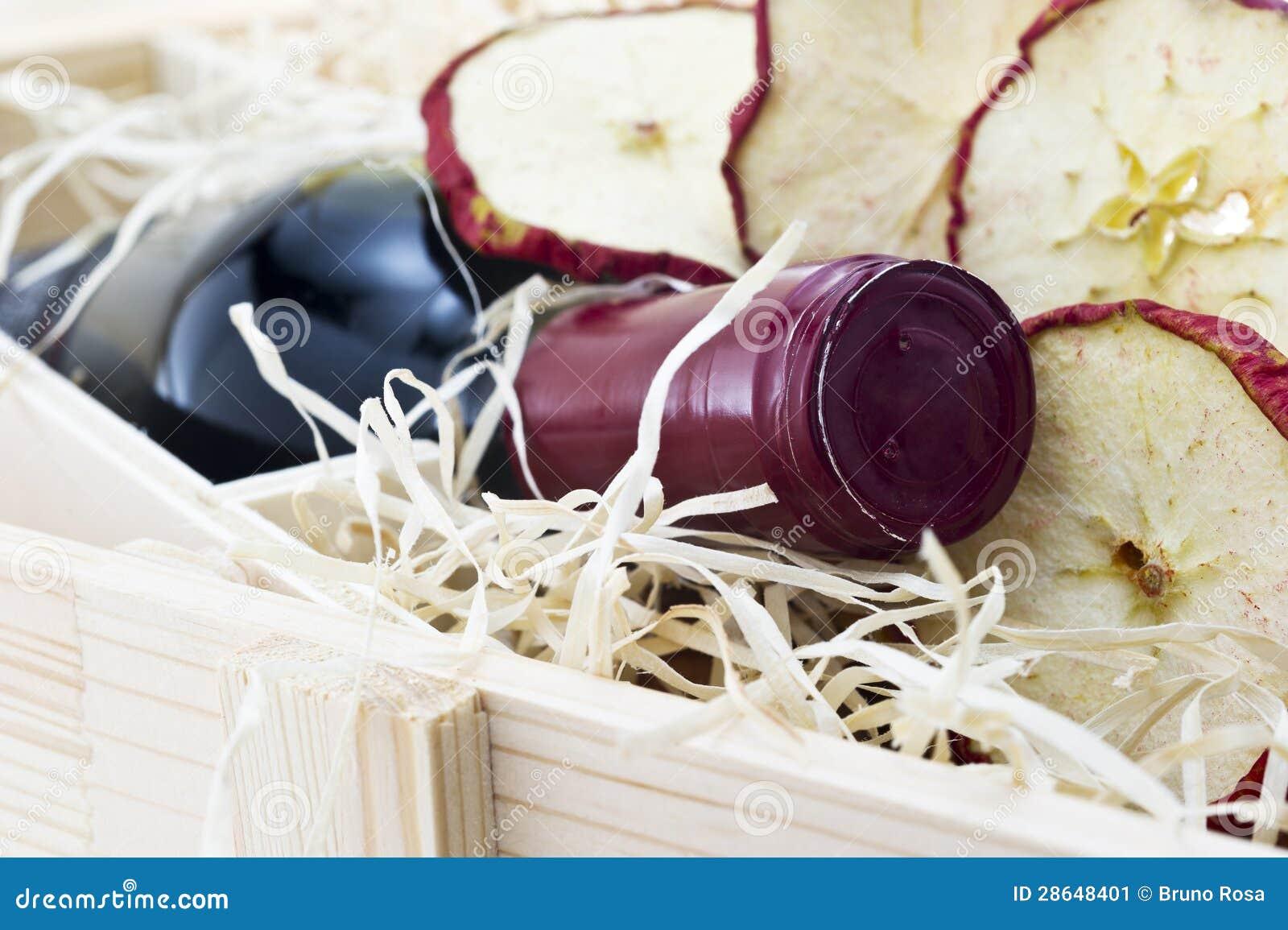Garrafa Do Vinho Tinto Velho Na Caixa De Madeira Do Presente Imagem de  #713038 1300x955