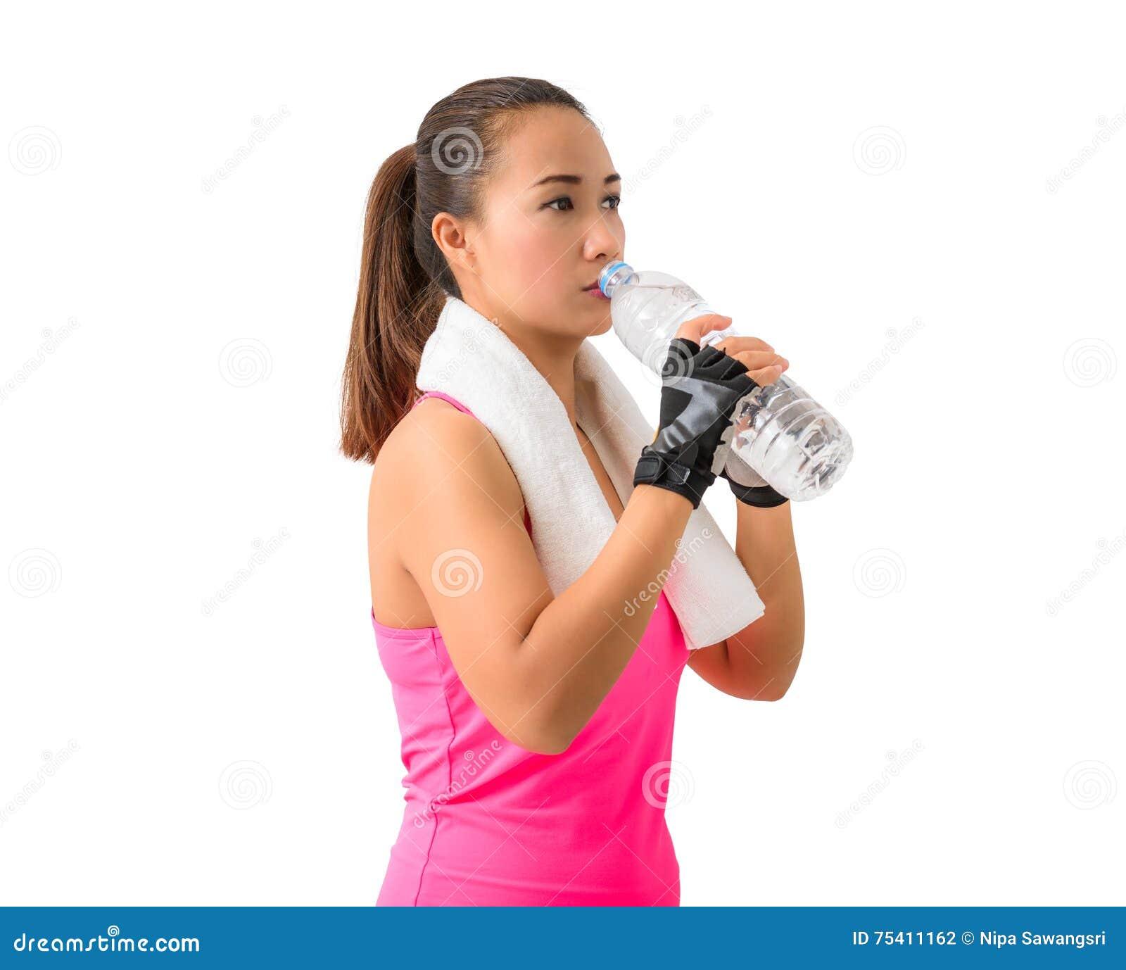Garrafa e drin guardando de sorriso felizes da garrafa de água da mulher da aptidão