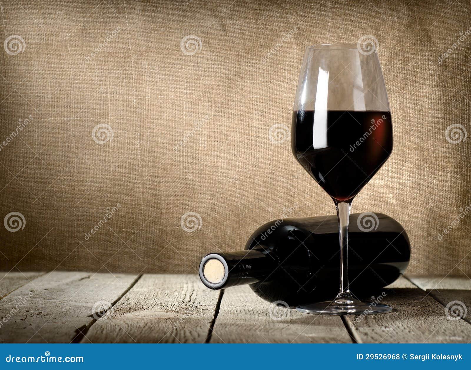 Garrafa e vinho tinto pretos
