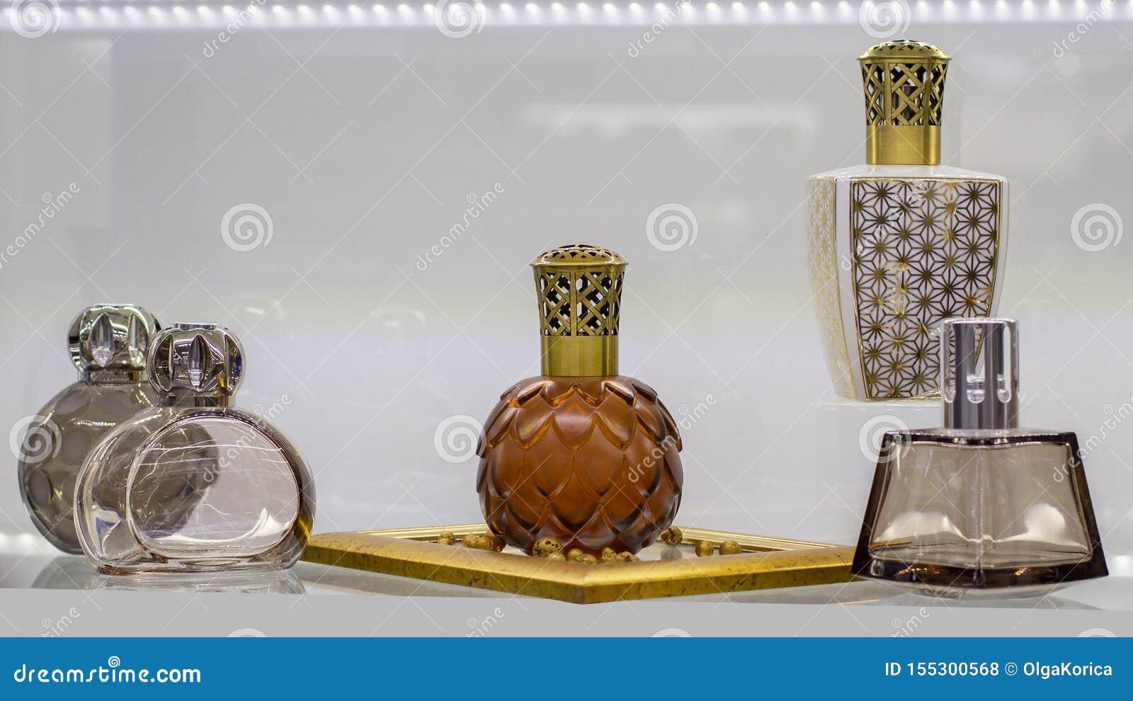 Garrafas bonitas da fragrância do perfume e do ar Frasco de vidro com a tampa plástica cinzelada para o líquido aromático