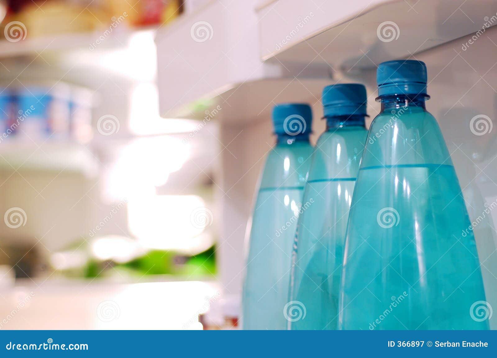 Garrafas de água no refrigerador