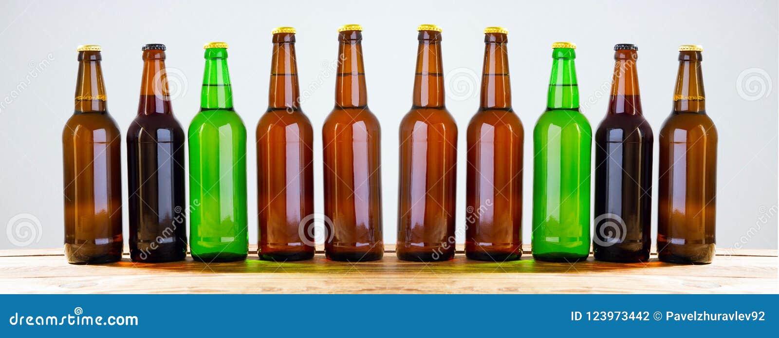 Garrafas de cerveja em uma tabela de madeira Vista superior Foco seletivo Zombaria acima Copie o espaço molde blank