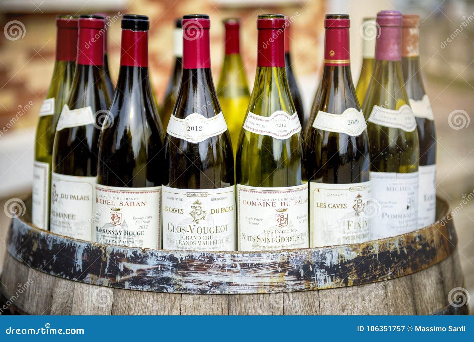 Garrafas de vinho de Borgonha sobre um tambor