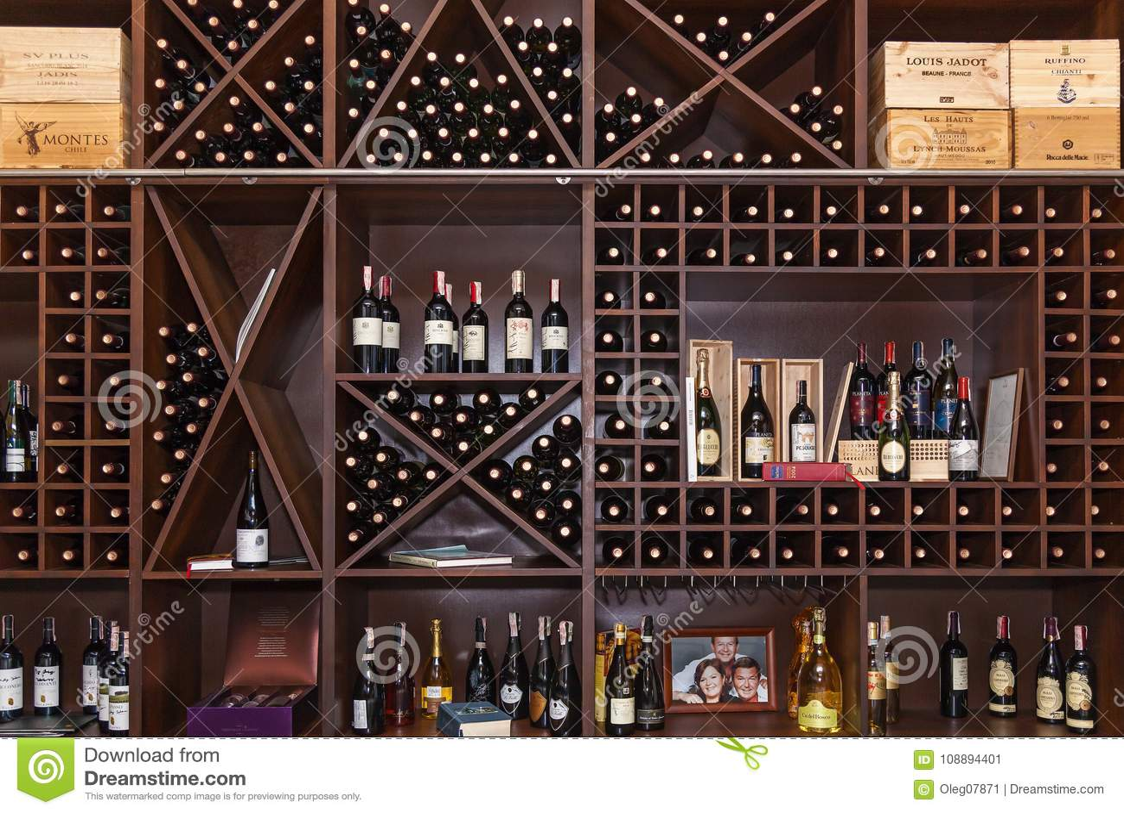 Garrafas do vinho nas prateleiras