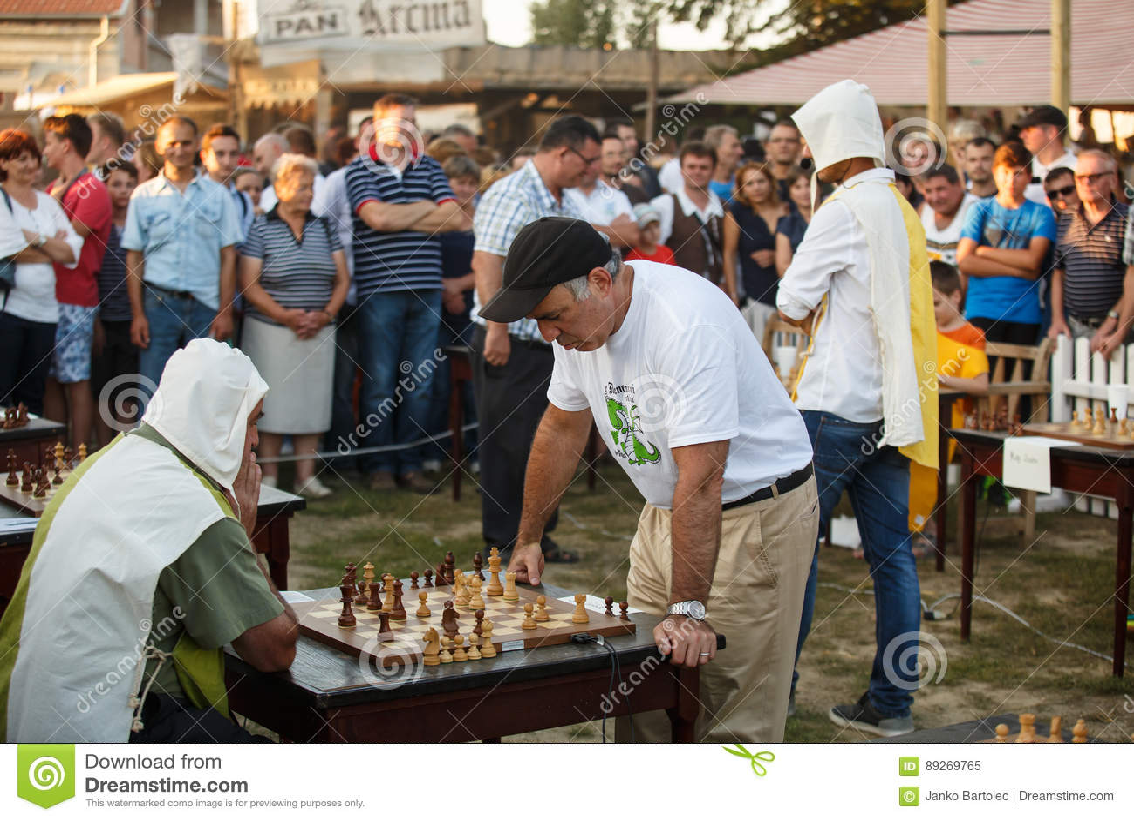 Garry Kasparov bawić się równoczesną wystawę