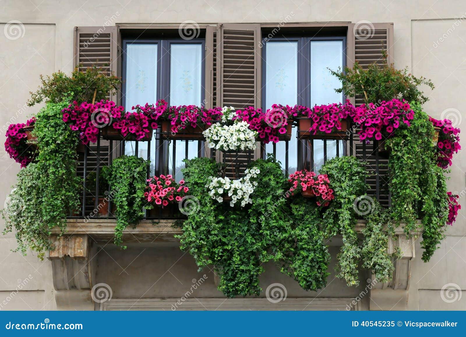 Вдохновение: цветочное оформление балконов и крылец актуальн.