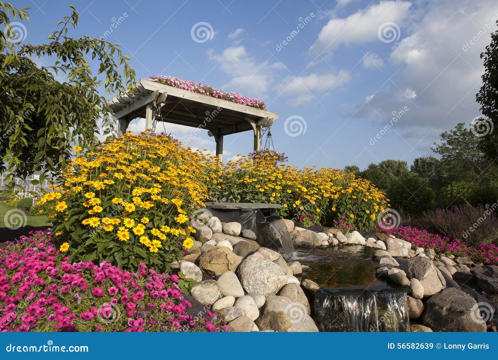garten blumen und pergola mit hellem blauem himmel stockbild bild 56582639. Black Bedroom Furniture Sets. Home Design Ideas