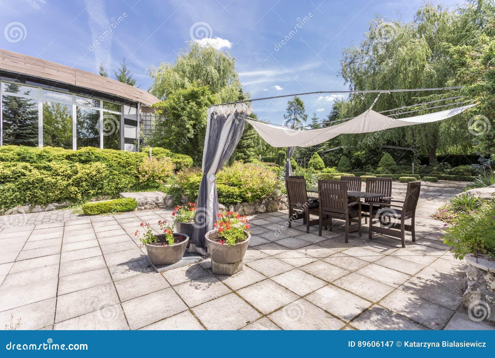 Garten Mit Gepflasterter Terrasse Mit Tabelle Stockbild Bild Von