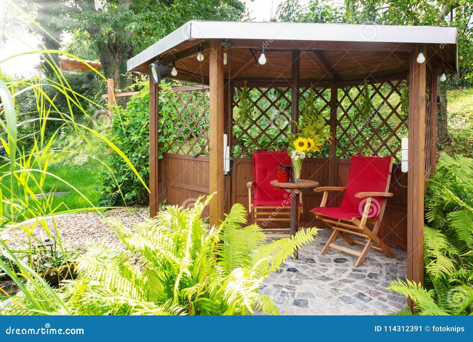 Garten Pavillon In Dem Gartenteich Mit Sitzecke Stockbild Bild Von