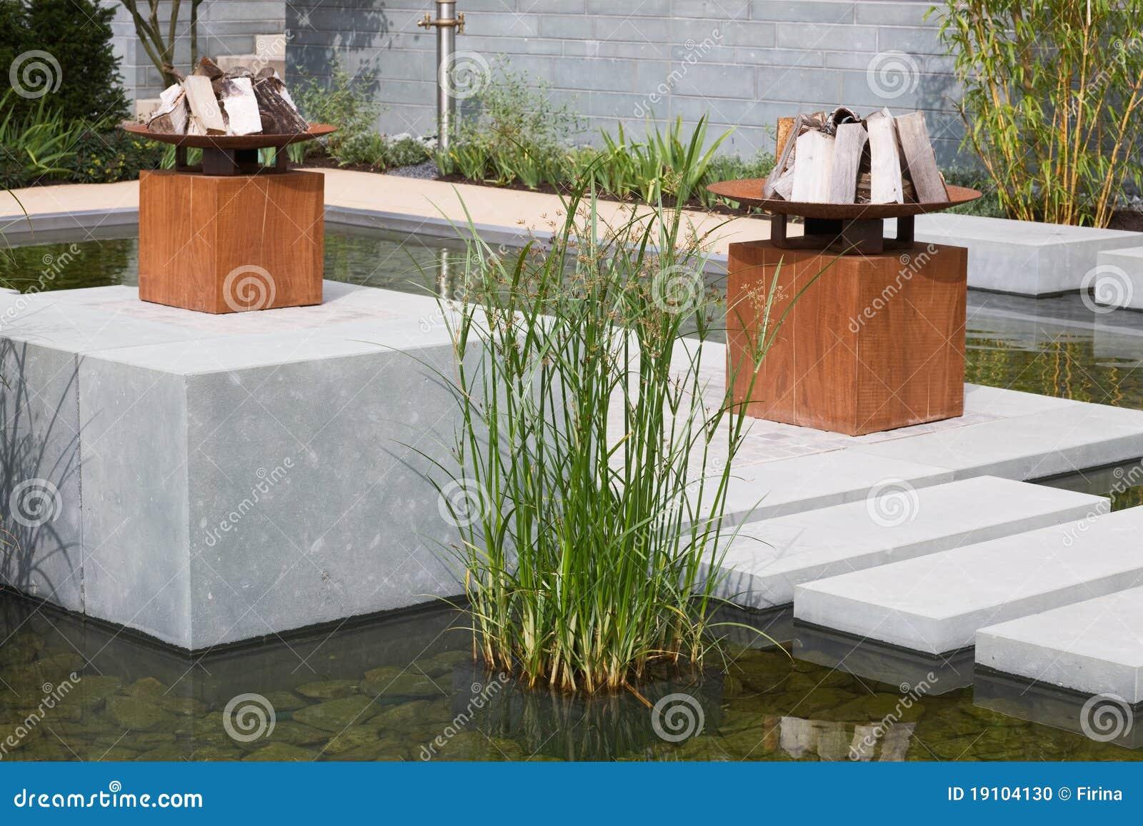 garten teich stockfoto bild von idyllisch gardening 19104130. Black Bedroom Furniture Sets. Home Design Ideas