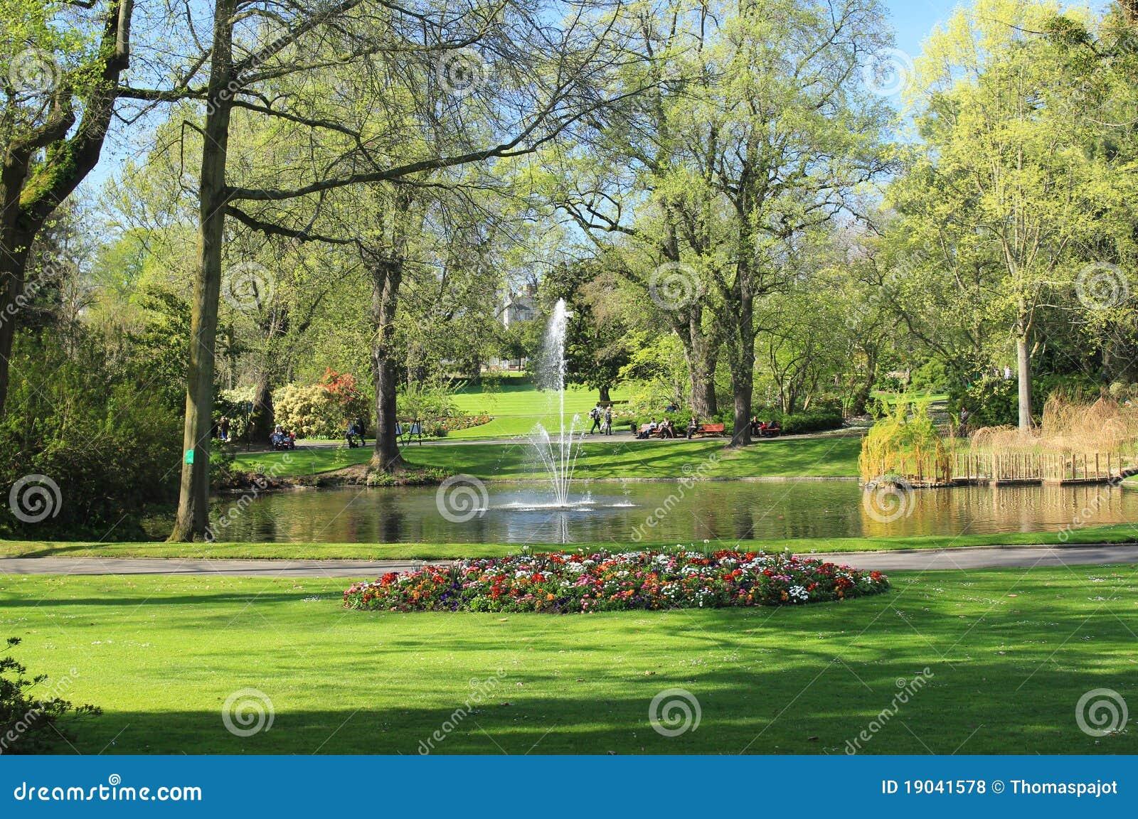 Gartenanlagen stockfoto. Bild von teich, brunnen, botanik ...