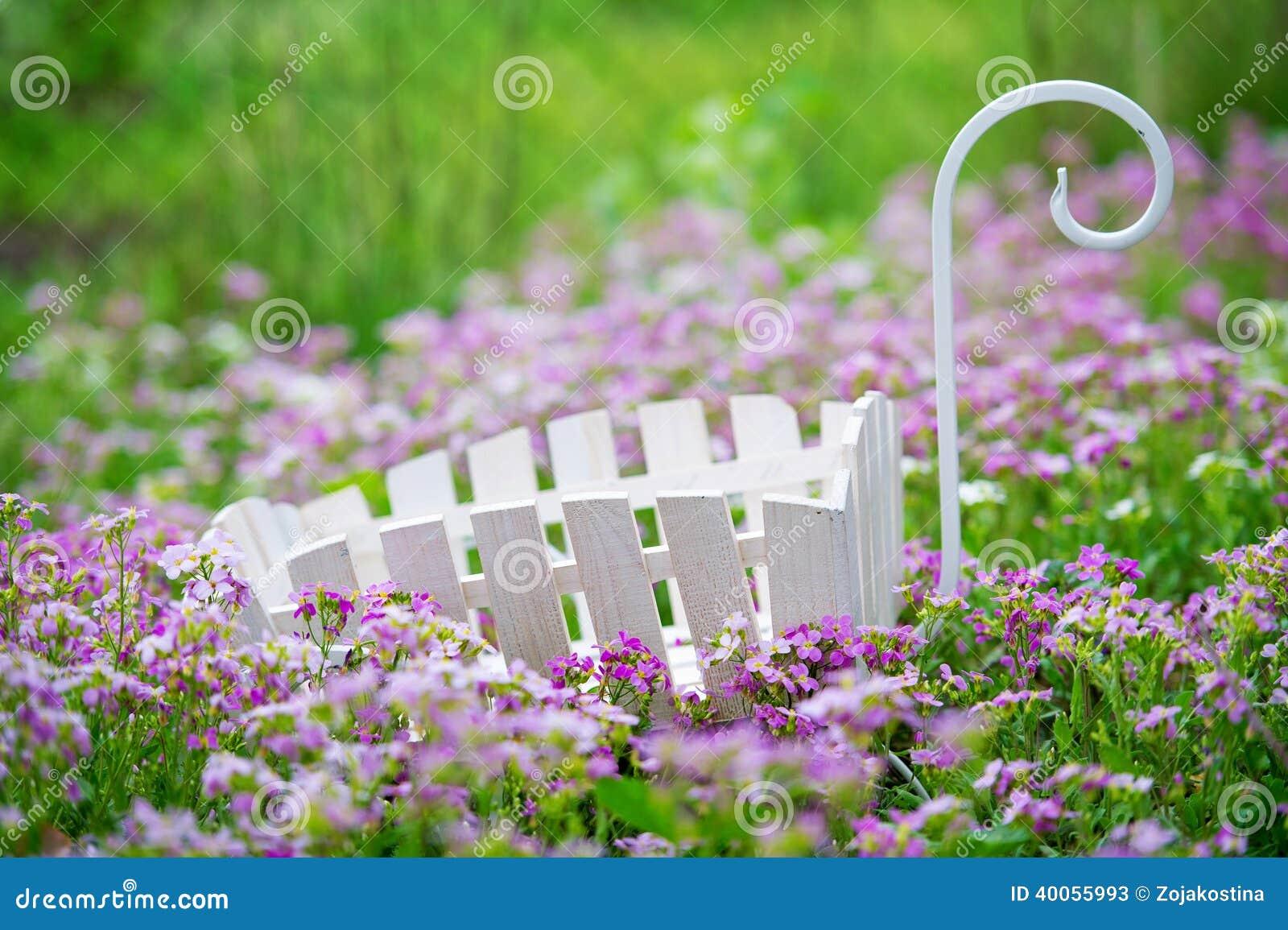 Gartendekoration Auf Dem Blumenrasen Stockbild Bild Von Bunt