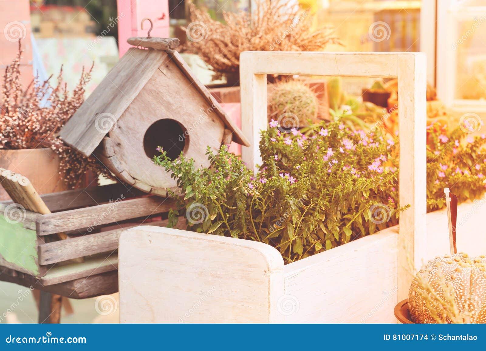 Gartendekoration Mit Vogelhaus Und Pflanzchen Mit Fruhlings Saison