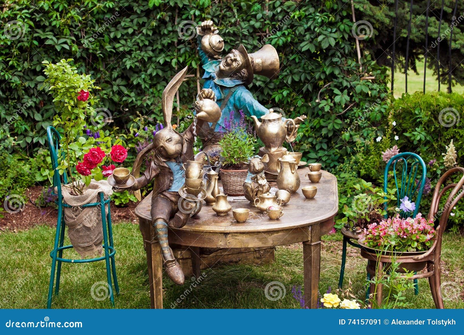 Gartendesign Das Mit Brunnen Landschaftlich Gestaltet Stockbild