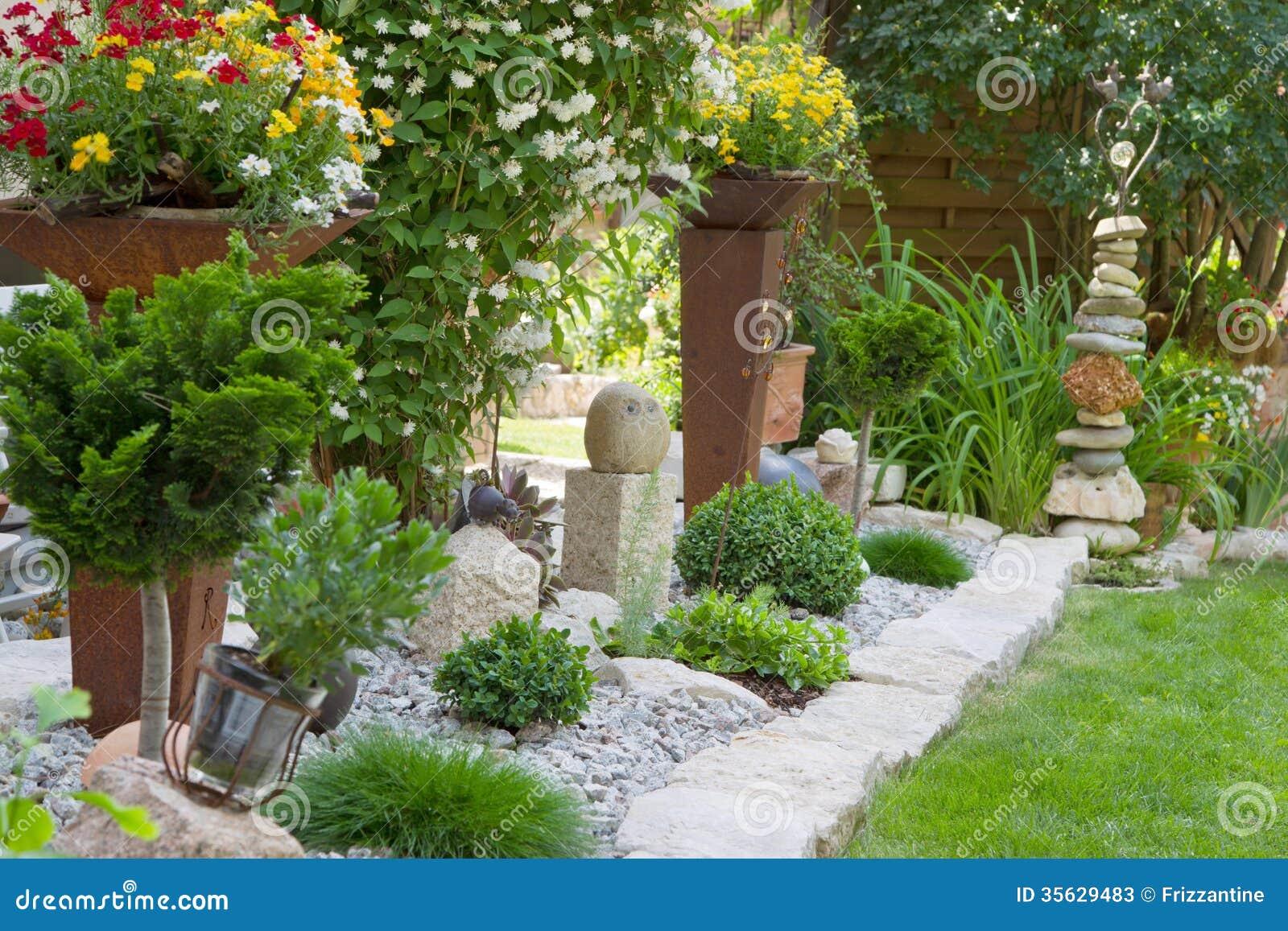 Gartendesign mit blumen stockbild bild von idee for Gartendesign