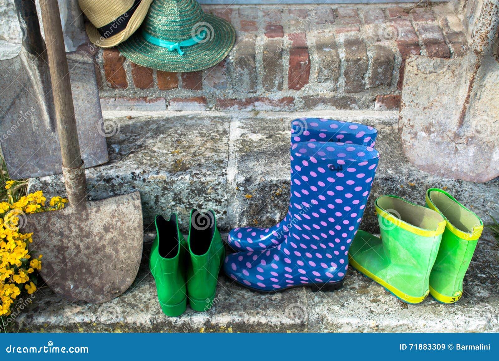 Gartengeräte - Gummistiefel, schovels und srtaw Hüte im sunn