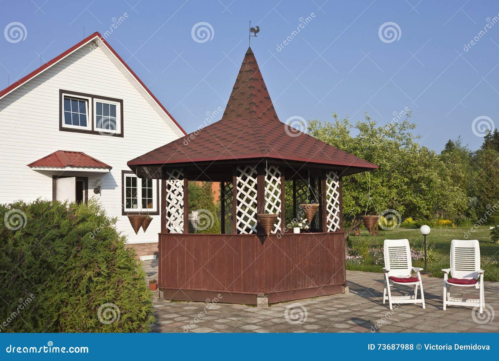 Download Gartenhaus Mit Rotem Dach Und Garten Stockfoto   Bild Von  Dachboden, Flora: 73687988
