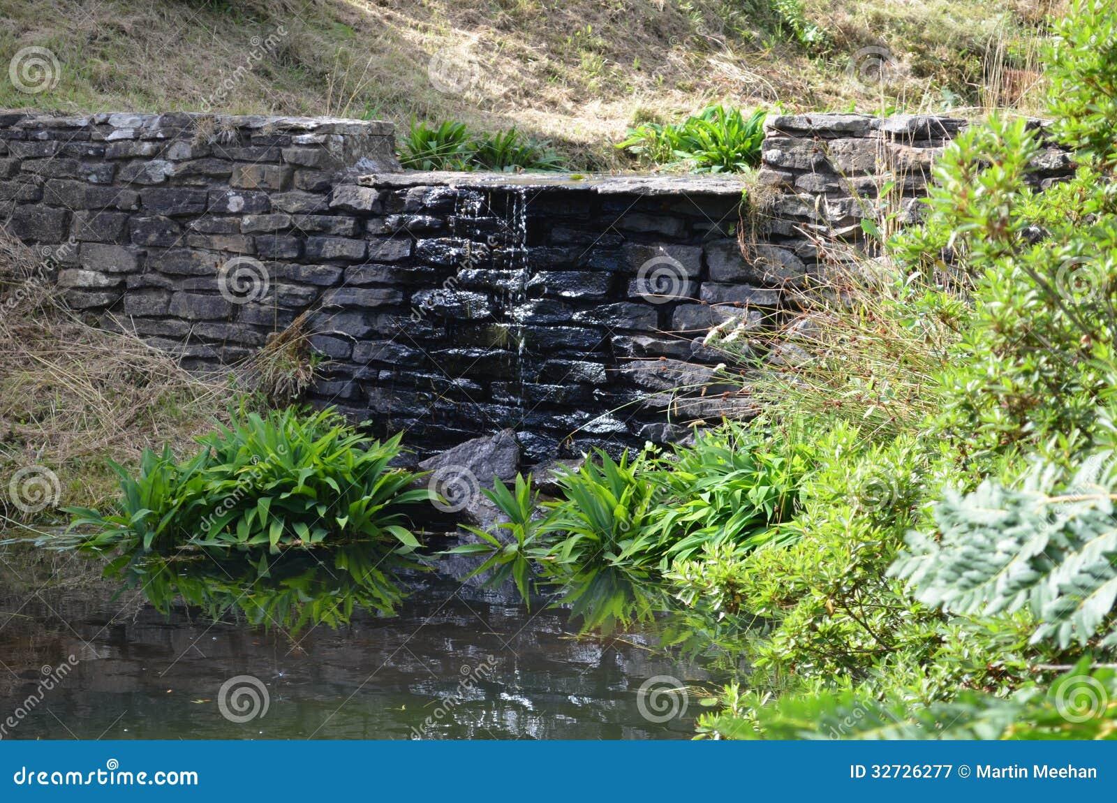 gartenwasserfall lizenzfreie stockfotografie - bild: 32726277, Garten ideen